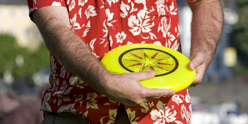 Mann mit Frisbee